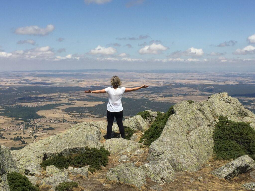 En la cima de la montaña, de pie, con los brazos abiertos, sin nada que ocultar, abierta a la experiencia del momento, sintiendo.